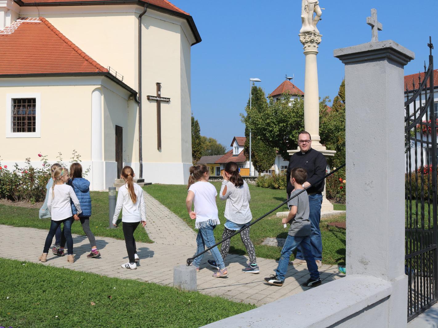 Kinder am Weg zur Kirche
