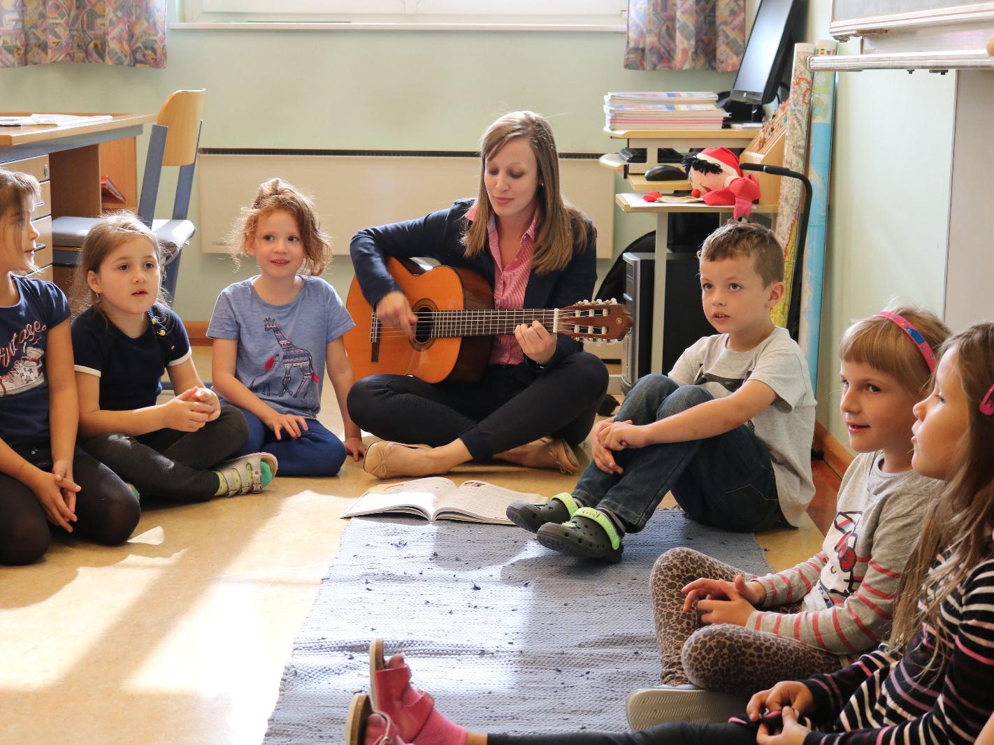 Kinder im Musikunterricht